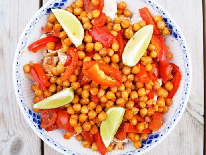 Kikærtesalat med kylling og tomat