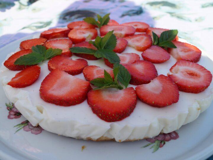 Koldskål cheesecake med friske jordbær