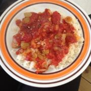 Koteletter i fad med tomatsovs og vindruer