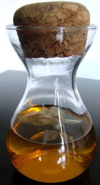 Kryddersnaps af æbleblomster på flaske