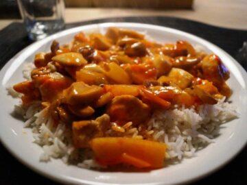 Kylling i sursød sauce med ris