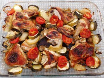 Kylling med marinade og grøntsager i ovn i ildfast fad