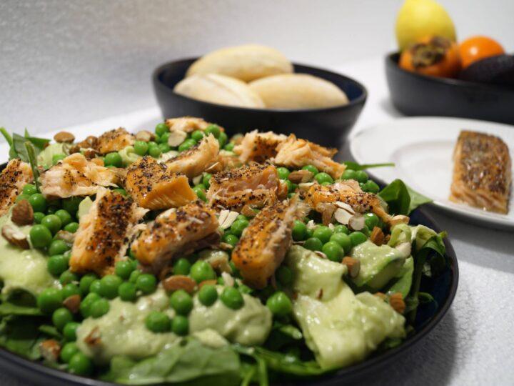 Lækker salat med varmrøget laks