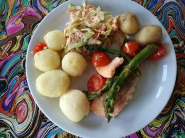 Laks i ovn med bagte tomater og asparges