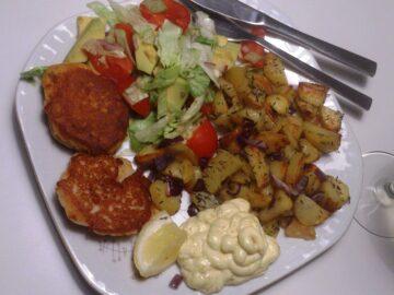 Laksekrebinetter med brasede kartofler
