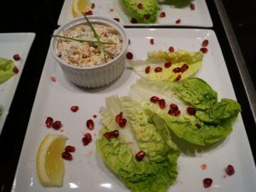 Laksesalat med purløg og hjertesalat
