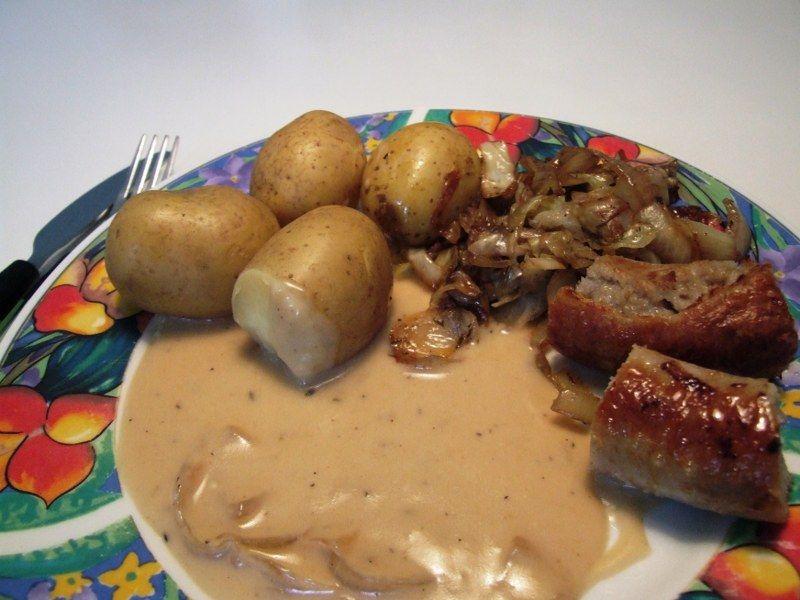Medisterpølse med brun sauce og spidskål