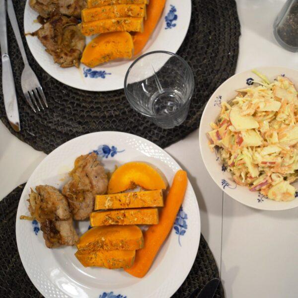 Mørbradbøffer med butternut squash og coleslaw på spisebord