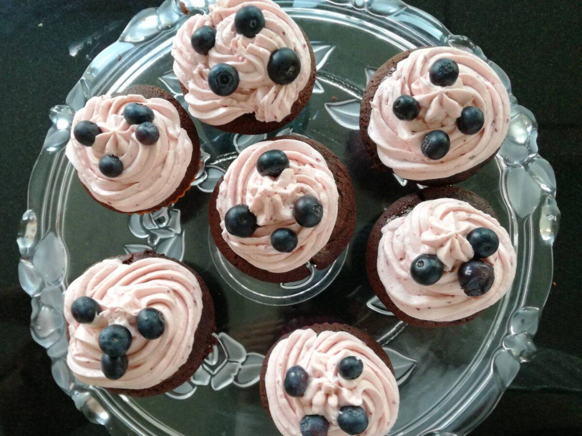 Muffins med creme og blåbær