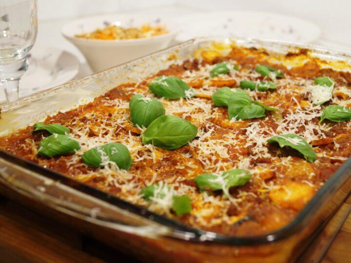 Musaka med basilikum og revet parmesan