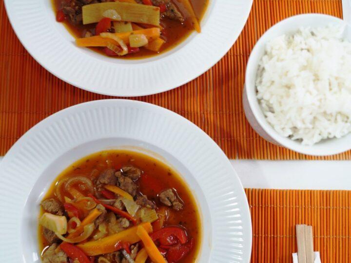 Oksekød i hoisin sauce med bambusskud og grøntsager