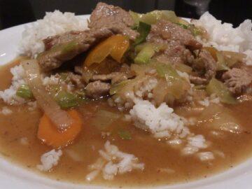 Oksekød med grøntsager og ris