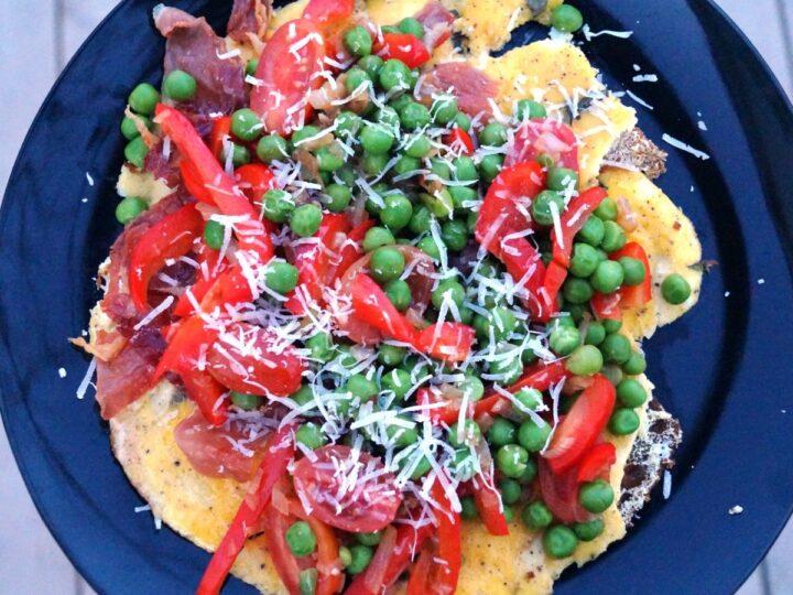 Omelet med grøntsager og revet parmesan