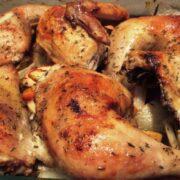 Ovnstegt kylling med bund af æbler og fennikel