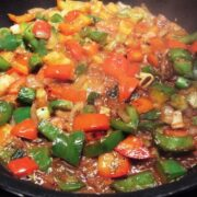 Rød og grøn peber, porre og løg svitses