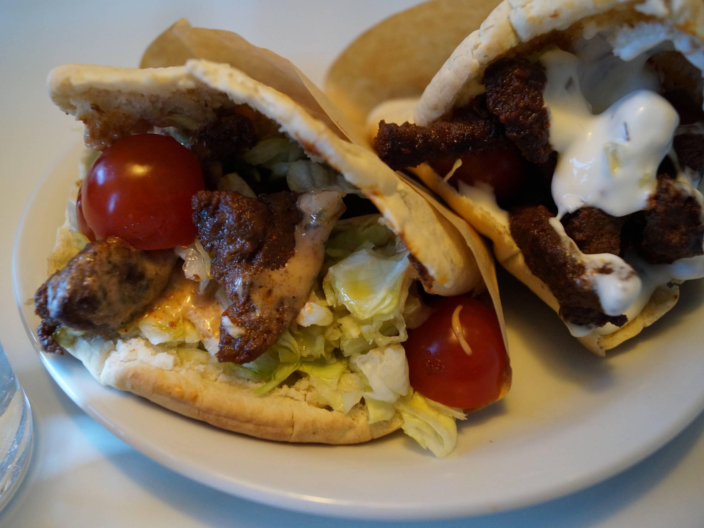 Pitabrød med kebab og salat
