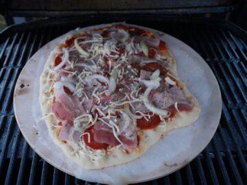 Pizza i gasgrill på bagesten