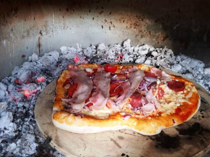Pizza med bacon i hjemmelavet pizzaovn