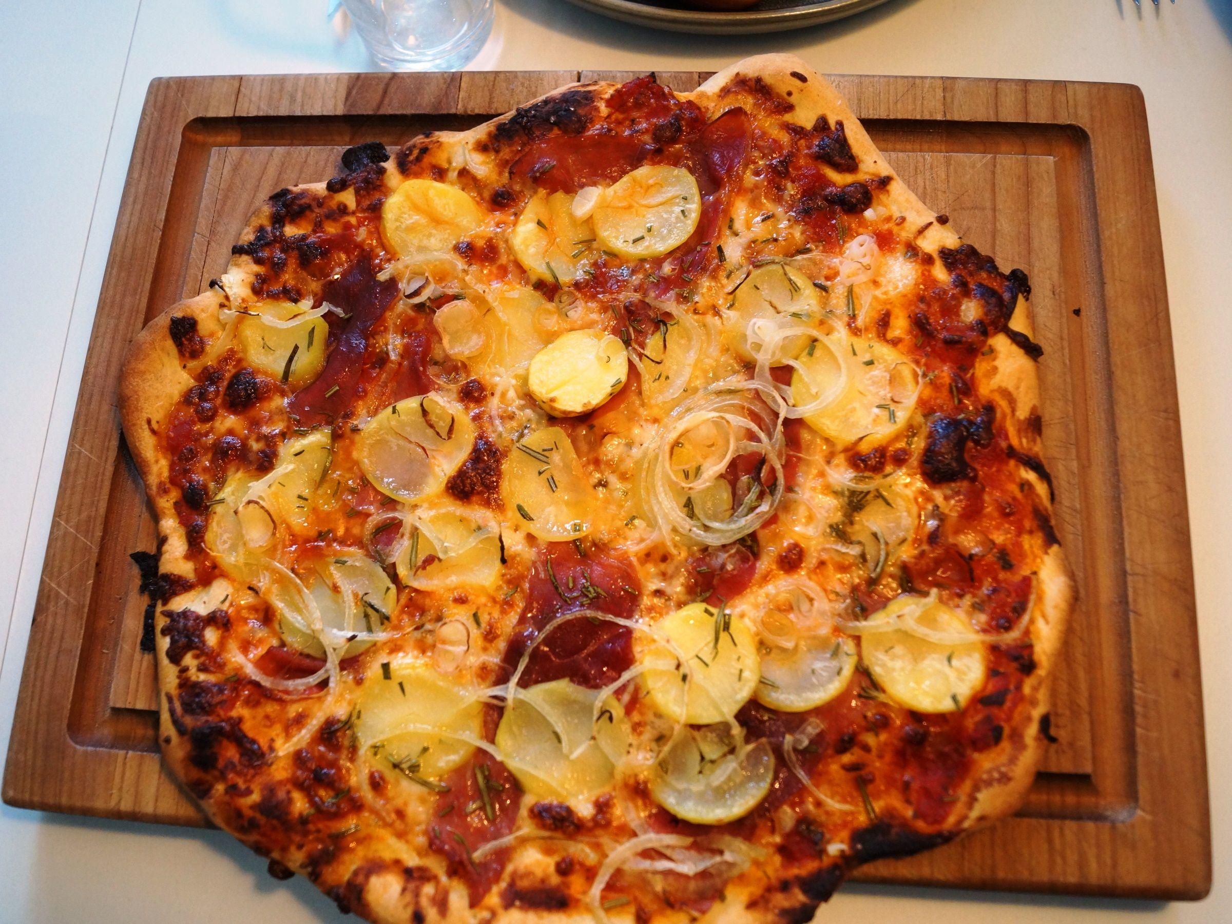 Kartoffelpizza med tynde skiver kartofler