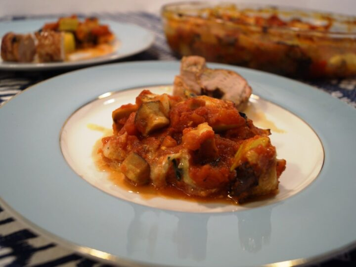 Ratatouille med grillet svinemørbrad på tallerken
