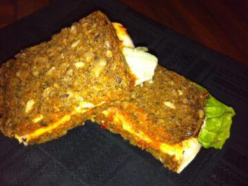 Rugbrødssandwich med skinke og ost