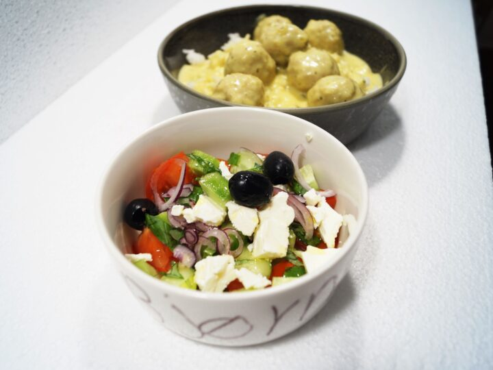 Salat i vinaigrette og boller i rød karry