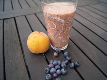 Smoothie med fersken og blåbær