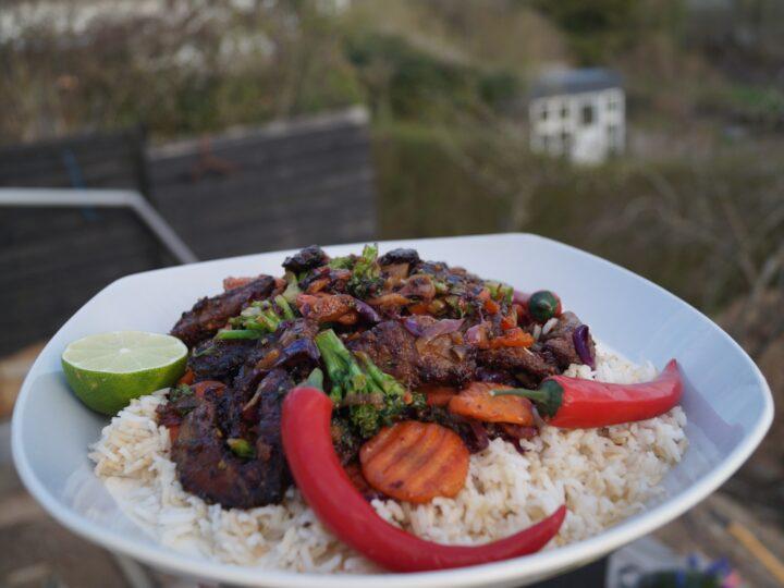 Sprødt oksekød i skiver med chili og ris