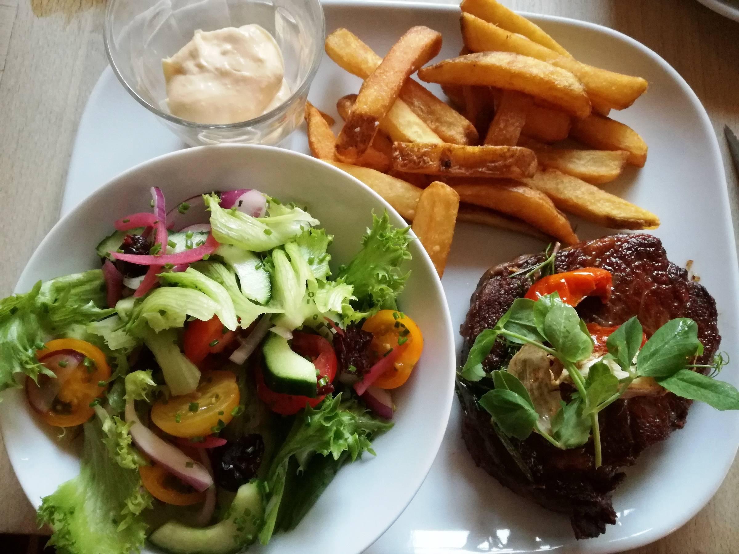 Steak og salat
