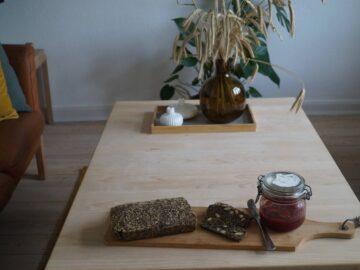 Stenalderbrød serveret i stuen
