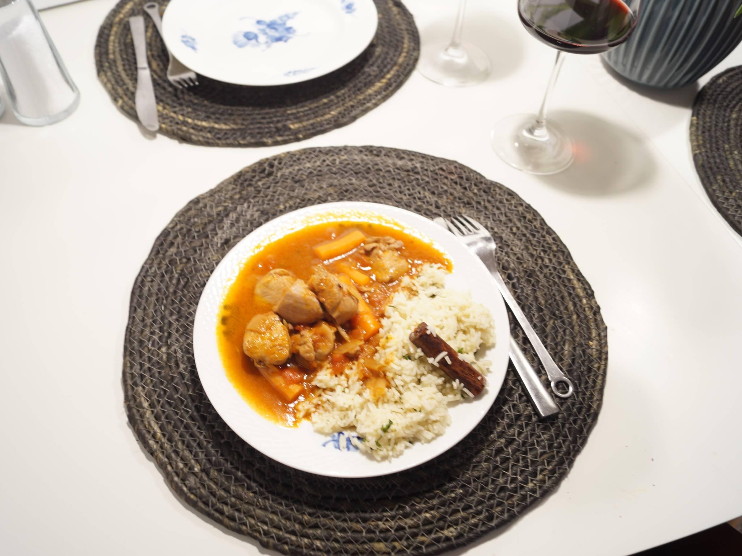 Stifado med kylling anrettet på spisebord