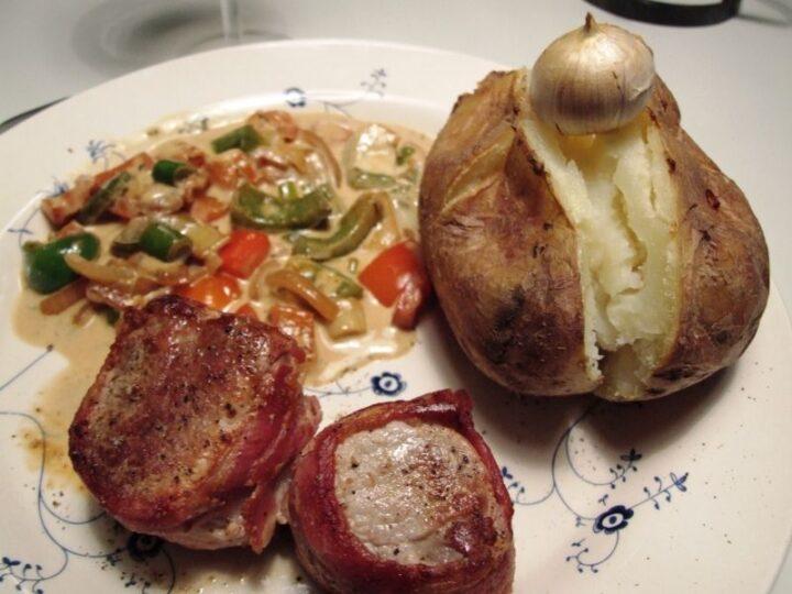 Svinemørbrad i baconsvøb med bagt kartoffel