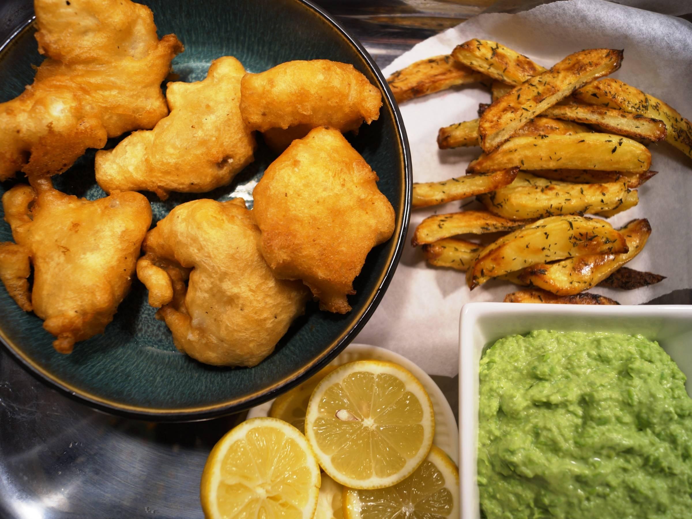 Torsk dybstegt i tempuradej med friter og ærtepuré.