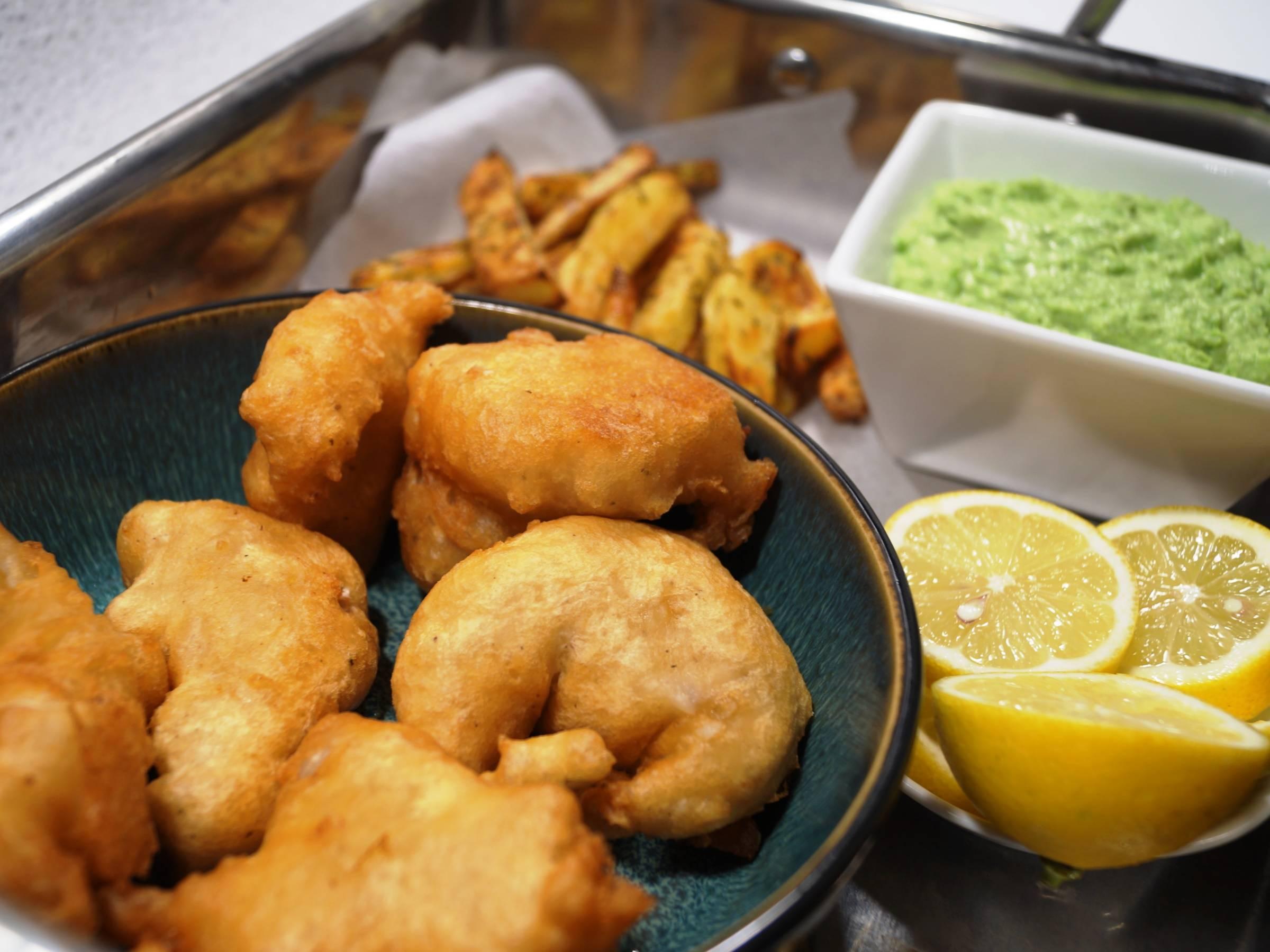 Torsk i tempuradej med friter og ærtepure