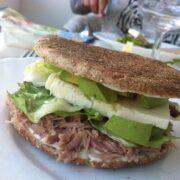 Tun sandwich med feta og avocado