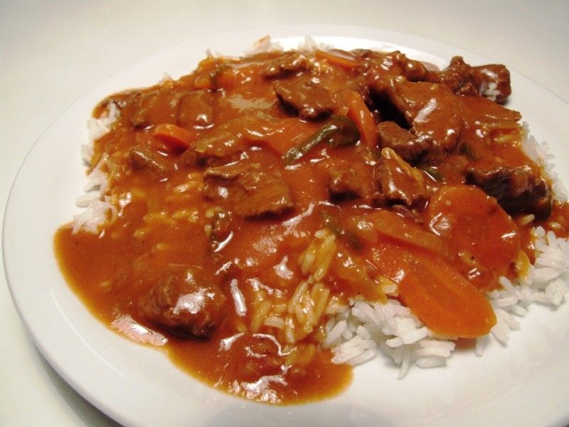 Ungarsk gullasch suppe med ris og flutes