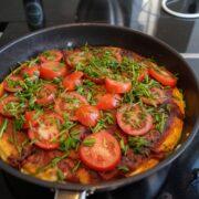 Vendt æggekage i stegepande med tomat og purløg i stegepande