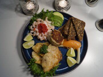 Fisketallerken med fiskefileter og rejer
