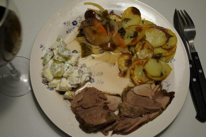 lammekølle stegt i rømertopf med waldorfsalat
