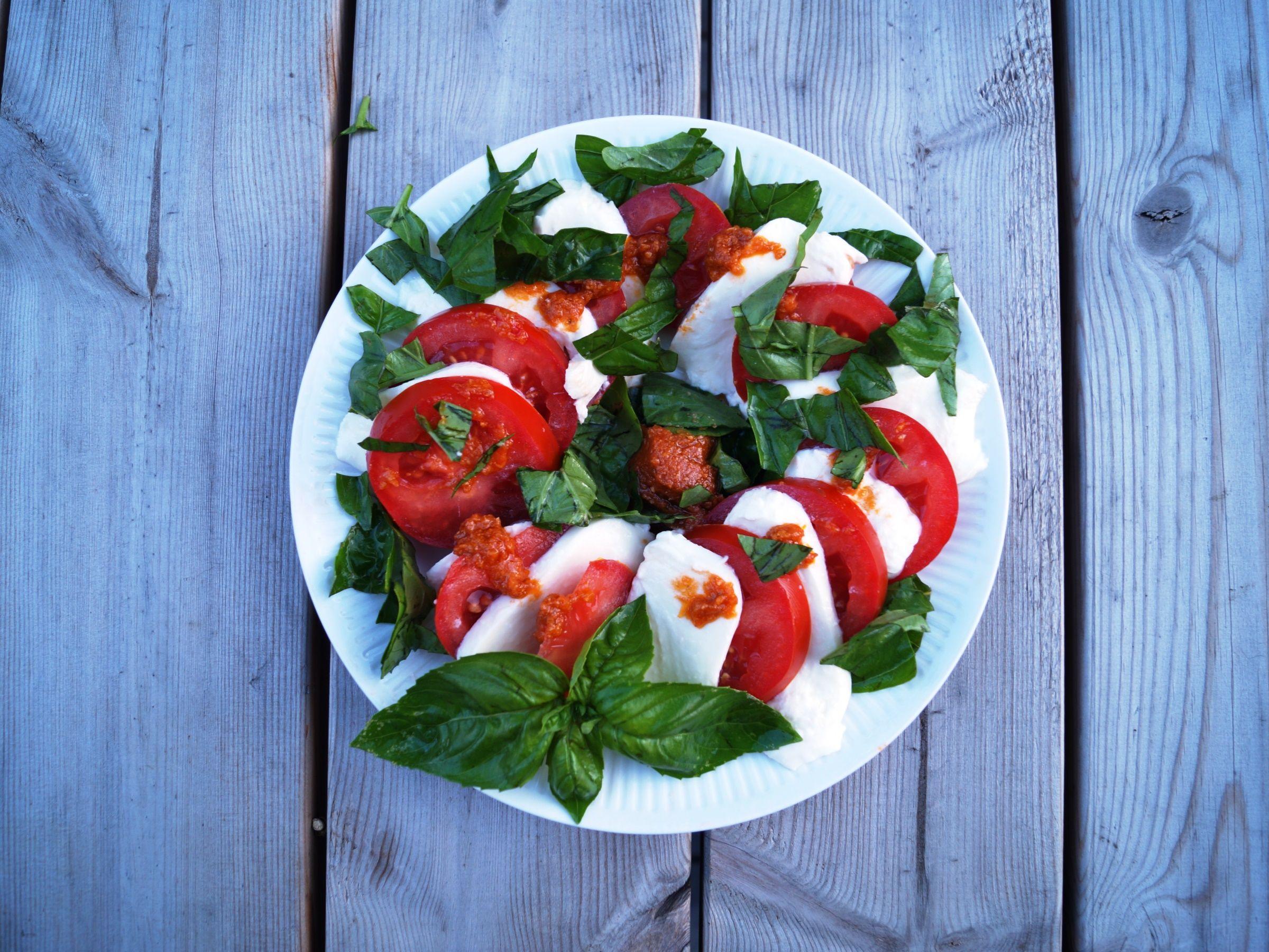 Tomatsalat med basilikum og pesto