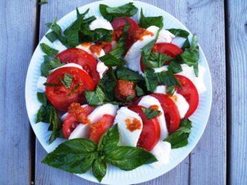 tomatsalat med olivenolie og basilikum